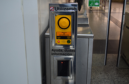 Communication intercom on the turnstile