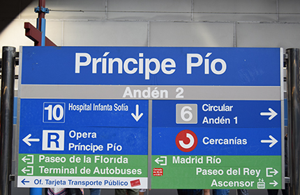 Sign indicating how to get to the platform of another line when several lines cross and you need to change platforms