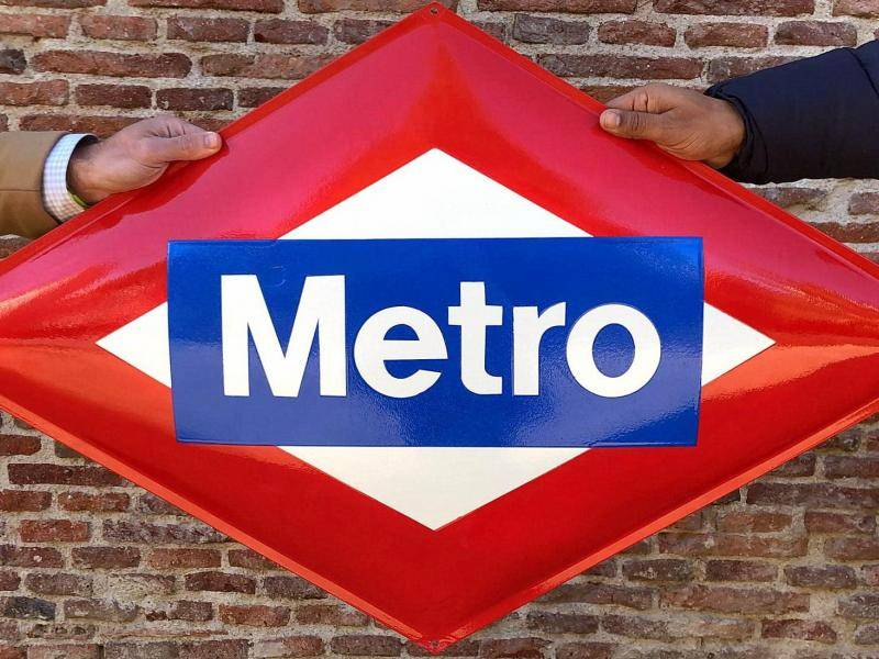 Diamond-shaped Metro sign similar to those to be awarded to the winners of the 'Centenary Game'