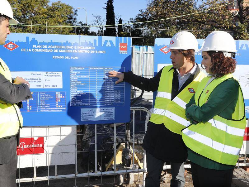 the visit by the President of the Regional Government of Madrid to the accessibility works at Plaza Elíptica underground station