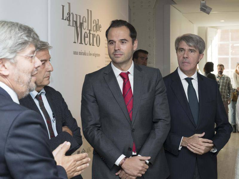 The Vice-President of the Regional Government of Madrid visits the exhibition, which shows the origins of the underground to commemorate its centenary