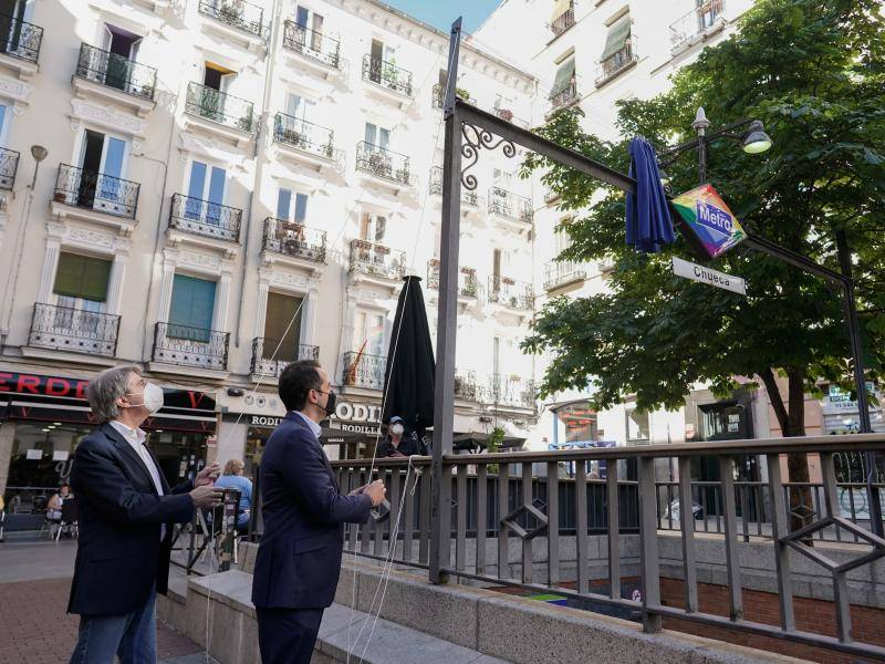 Aguado presents a new rhombus with the colours of the rainbow at the Chueca Metro station to mark LGBTI+ Pride