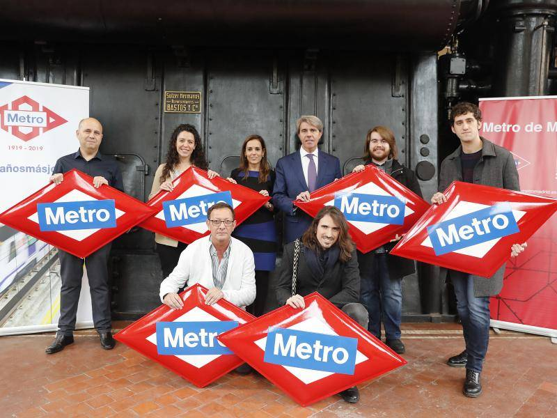 Regional  Government of Madrid presents original diamond-shaped Metro signs to the winners of the Centenary Game
